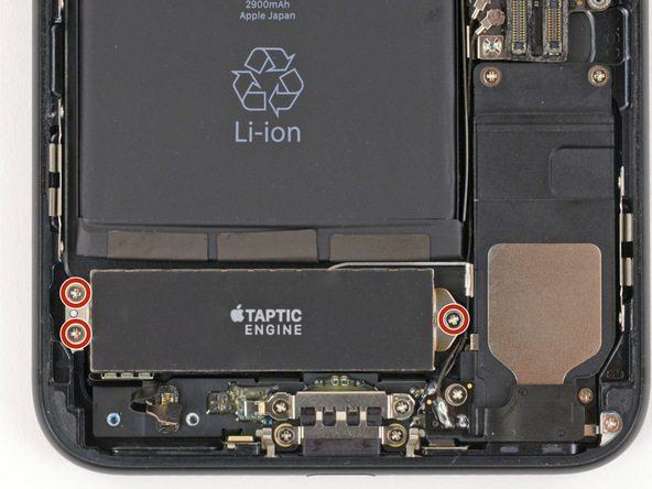 سه پیچ 1.5 میلیمتری که در عکس با رنگ قرمز نمایش داده شدهاند را باز کنید. این پیچ ها نگهدارنده موتور تپتیک آیفون 7 پلاس هستند.