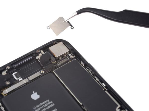 براکت یا محافظ دوربین اصلی آیفون 7 را بردارید.