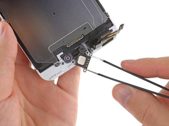 اسپیکر مکالمه آیفون 6 پلاس تعمیری را با پنس از روی درب جلوی گوشی بردارید.