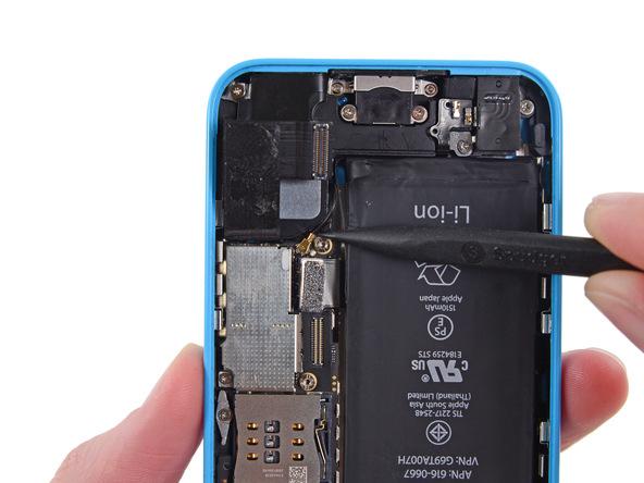 کانکتور سیم آنتن آیفون 5C تعمیری را از روی برد گوشی آزاد کنید.
