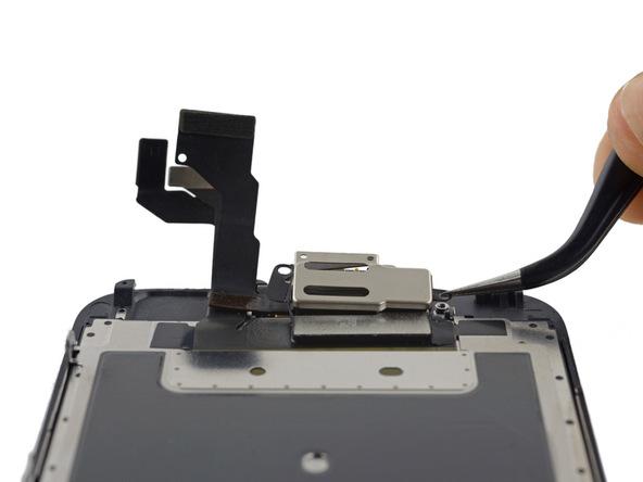 براکت اسپیکر مکالمه آیفون 6 اس تعمیری را با پنس از پنل جلوی این گوشی برداشته و جدا کنید.