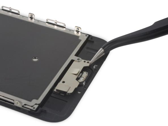 با نوک پنس گوشه سمت راست و پایین براکت تاچ آیدی (دکمه هوم) آیفون 6 اس تعمیری را بگیرید.