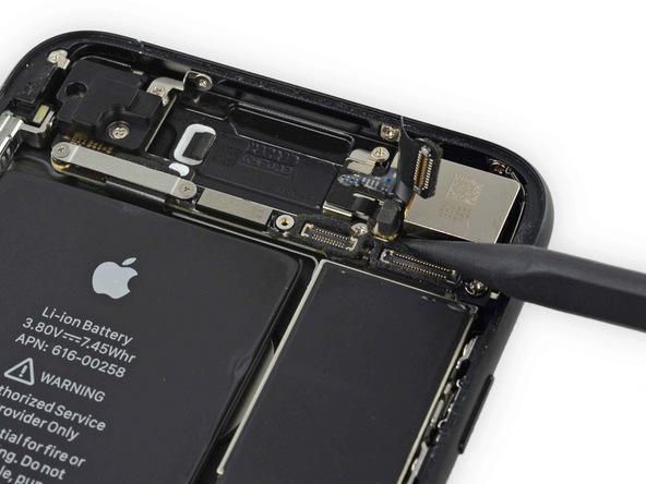 اتصال کانکتور چراغ فلش دوربین اصلی آیفون 7 را مثل عکس های ضمیمه شده از روی برد قطع کنید.