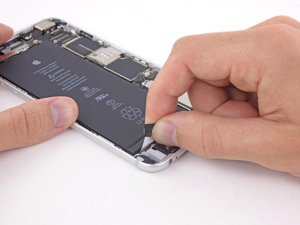 لبه دومین چسب نگهدارنده باتری آیفون 6 پلاس که در سمت چپ وصل شده را با پنس باز کنید.