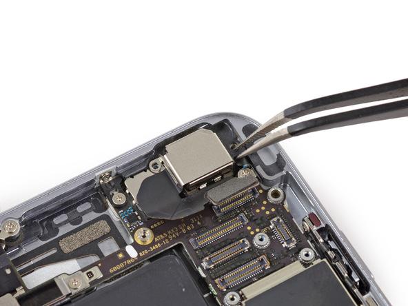 براکت دوربین اصلی آیفون 6 تعمیری را از روی درب پشت گوشی جدا کنید.