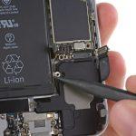 کلیپس سیم آنتن زیرین آیفون 6 تعمیری را از روی لبه سمت چپ اسپیکر گوشی آزاد کنید.