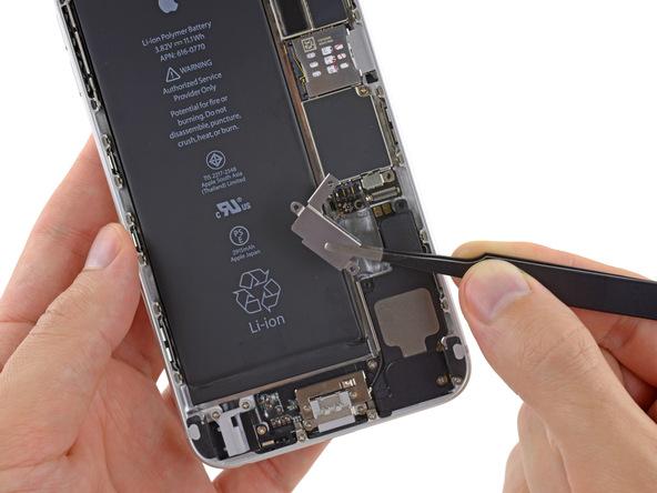 موتور ویبره آیفون 6 پلاس تعمیری را از درب پشت گوشی جدا کنید.