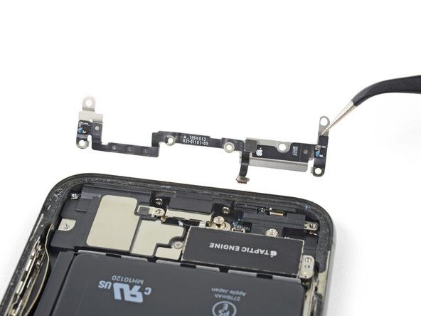 براکت لبه زیرین قاب آیفون ایکس (iPhone X) تعمیری را با نوک پنس گرفته و کاملا از گوشی جدا نمایید.