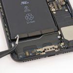 اگر دقت کنید در لبه زیرین باتری آیفون 7 پلاس سه چسب دیده میشوند. با استفاده از نوک پنس یا پیک این سه چسب را از روی باتری آزاد کنید.