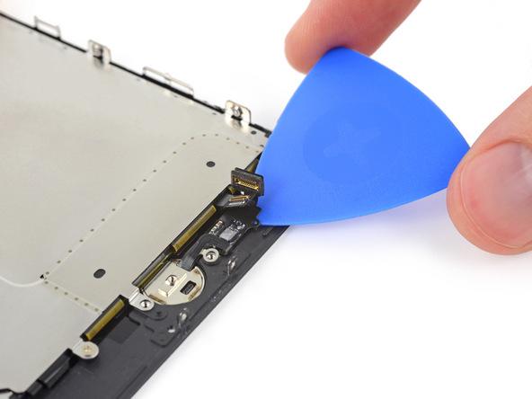 دقیقا مثل عکس بالا با استفاده از پیک، کابل دکمه هوم آیفون 7 تعمیری را از روی پنل باز کنید.
