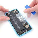نوک پیک یا لبه یک کارت را به آرامی از گوشه سمت راست باتری آیفون 5C به زیر آن فرو برده و سعی کنید لبه باتری را از قاب پشت گوشی جدا نمایید.