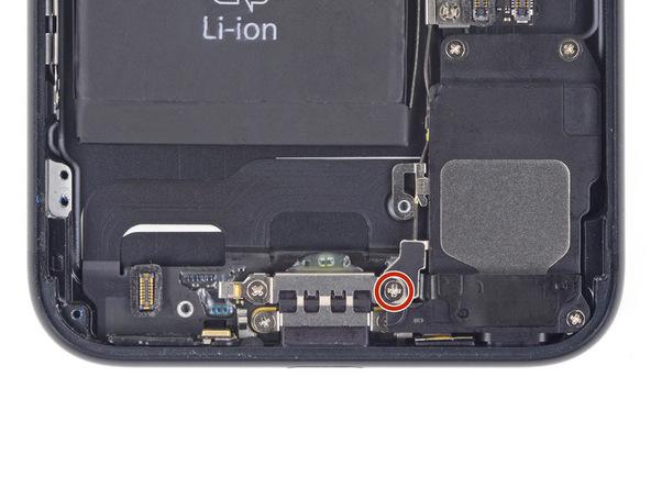 پیچ 3.2 میلیمتری که در عکس به رنگ قرمز نمایش داده شده را باز کنید. این پیچ نگهدارند آنتن وای فای آیفون 7 بر روی پنل زیرین است.