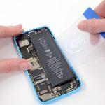 حالا همین کار را از لبه سمت دیگر باتری هم تکرار کنید. یعنی نوک پیک یا یک کارت را از گوشه سمت چپ باتری آیفون 5C به زیر آن فرو برده و سعی کنید باتری را از قاب پشت گوشی بلند نمایید.
