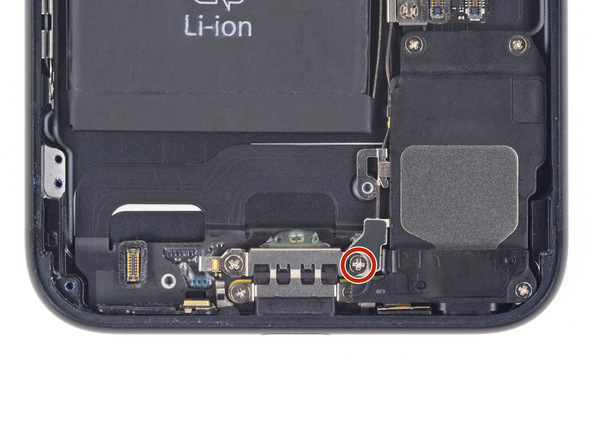 پیچ 3.2 میلیمتری که در عکس با رنگ قرمز نمایش داده شده را باز کنید. این پیچ، آنتن وای فای آیفون 7 را به پنل زیرین گوشی متصل میکند.