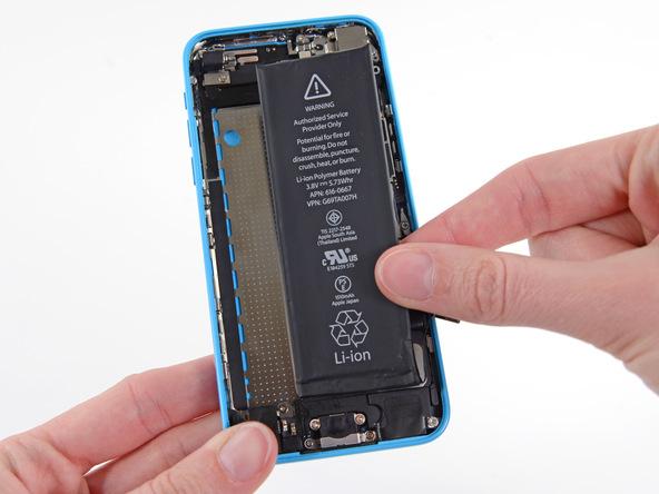اگر چسب های نگهدارنده باتری آیفون 5C تعمیری را به درستی از زیر آن خارج کرده باشید، خیلی راحت میتوانید باتری گوشی را با دست گرفته و از قاب پشت آیفون جدا نمایید.