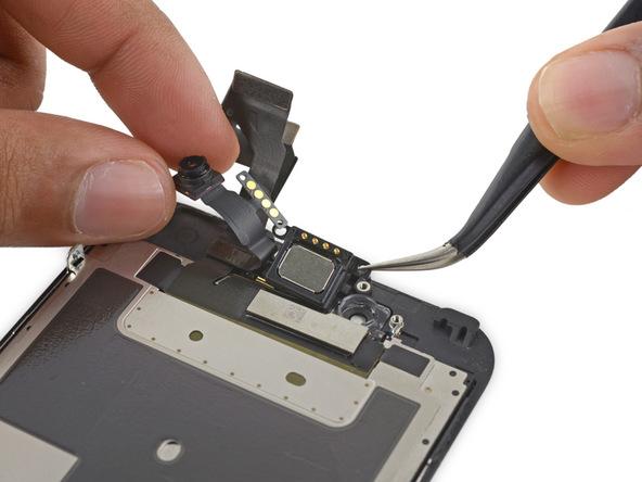 به آرامی اسپیکر مکالمه آیفون 6 اس تعمیری را با پنس برداشته و آن را از روی پنل جلوی گوشی جدا کنید.