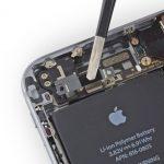 براکت کانکتور دکمه ولوم آیفون 6 تعمیری را از روی درب پشت گوشی جدا کنید.