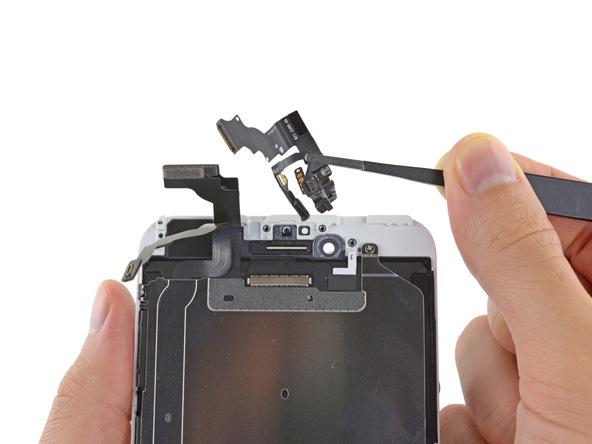 کابل و لنز دوربین سلفی آیفون 6 پلاس تعمیری را از روی درب پشت گوشی جدا نمایید.