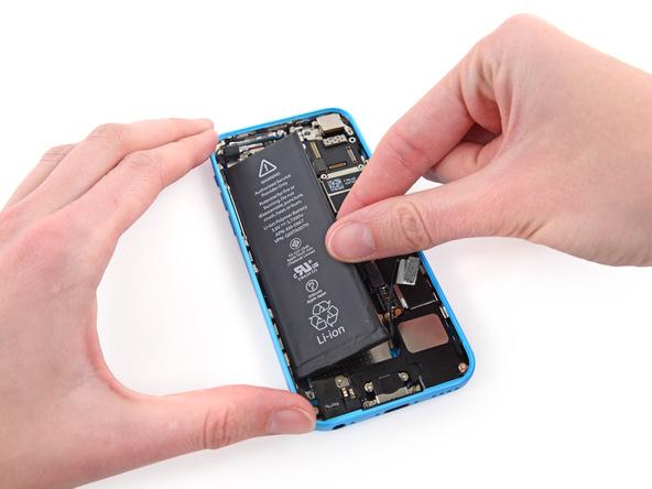 باتری آیفون 5 سی تعمیری را از قاب پشت گوشی جدا نمایید.
