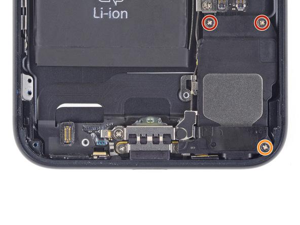 دو پیچ 1.3 میلیمتری نمایش داده شده با رنگ قرمز و یک پیچ 2 میلیمتری نمایش داده شده با رنگ نارنجی را باز کنید. این پیچ ها اسپیکر آیفون 7 را بر روی پنل پشتی نگه میدارند.