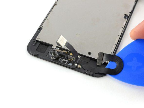 پنل فوقانی آیفون 7 را به گونهای روی میز کار قرار دهید که لبه فوقانی آن (محلی که سنسور دوربین سلفی در آن واقع شده) مثل عکس های موجود در نزدیکی شما قرار گیرد. سپس به آرامی پیک را از گوشه سمت راست به زیر کابل سنسور دوربین سلفی فرو کنید و رو به سمت جلو حرکت نمایید. حرکت رو به جلو را تا جایی ادامه دهید که به محل نصب پیچ های اسپیکر مکالمه برسید.