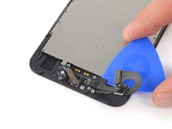 پیک را با کمی زاویه در زیر کابل و قسمتی که پیچ های اسپیکر مکالمه قرار دارند فرو کنید و به آرامی آن را به سمت جلو پیش ببرید تا کابل دوربین سلفی به صورت کامل جدا شود.