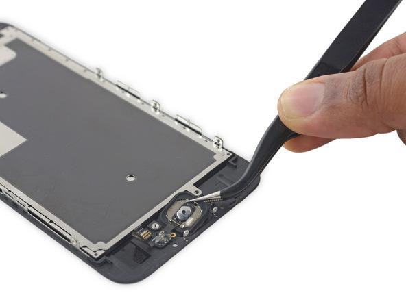 تاچ آیدی یا دکمه هوم آیفون 6 اس تعمیری را با پنس بردارید و از پنل جلوی گوشی جدا کنید.