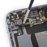 براکت کانکتور دکمه ولوم و پاور آیفون 6 تعمیری از درب پشت گوشی جدا نمایید.