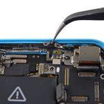 کلیپس اتصال به پایه آیفون 5 سی تعمیری را از گوشه قاب جدا کنید.
