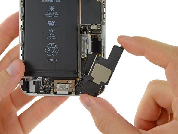 اسپیکر آیفون 6 پلاس تعمیری را از درب پشت گوشی جدا نمایید.
