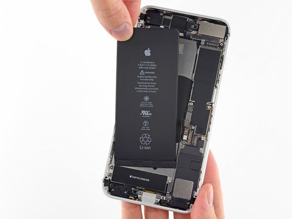 باتری آیفون 8 پلاس اپل را با انگشت گرفته و از روی بدنه گوشی جدا نمایید.