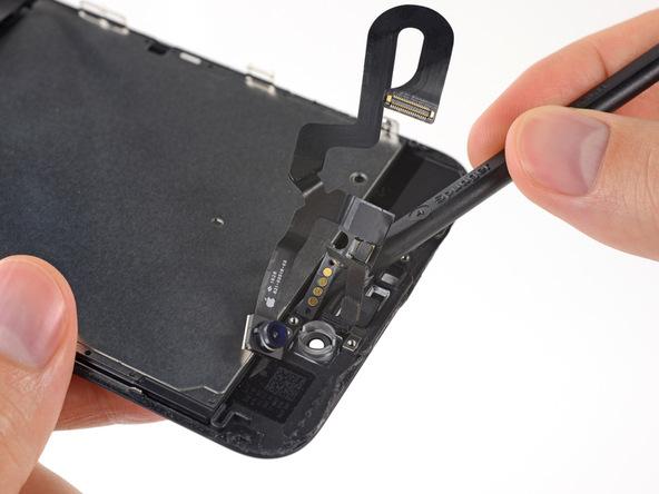 حرکت اسپاتول را تا سمت دیگر کابل دوربین سلفی ادامه دهید تا کابل کاملا آماده جدا شدن باشد.