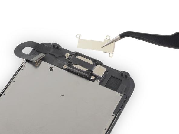 براکت اسپیکر مکالمه آیفون 7 تعمیری را بردارید.