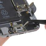 براکت سوکت شارژ آیفون 6 تعمیری را از روی درب پشت گوشی جدا کنید.