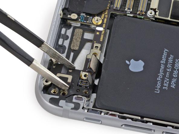 فلت وای فای آیفون 6 تعمیری را با پنس از گوشه سمت چپ و بالای درب پشت آن جدا کنید.