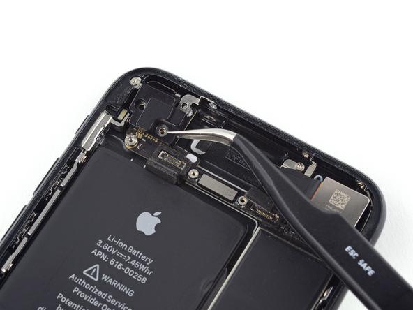 آنتن وای فای گوشه سمت چپ و بالای آیفون تعمیری را با استفاده از پنس برداشته و از روی برد جدا کنید.