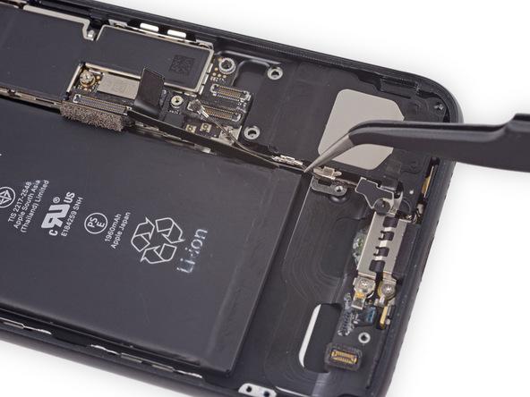 کابل آنتن وای فای آیفون 7 در ادامه به بدنه اسپیکر متصل است. با نوک اسپاتول این دو کابل را در نزدیکی بدنه اسپیکر بگیرید و آن ها را از روی بدنه اسپیکر جدا کنید.