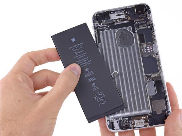 باتری آیفون 6 پلاس تعمیری را از درب پشت گوشی جدا کنید.