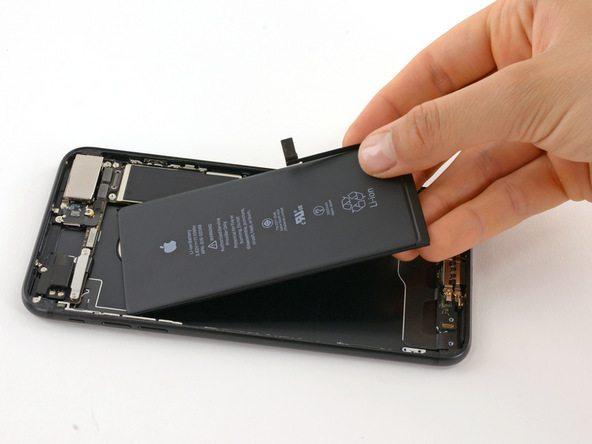 حالا میتوانید تعویض باتری آیفون 7 پلاس را انجام دهید.