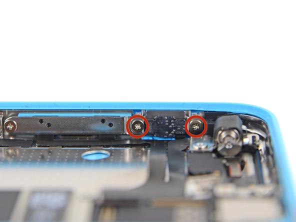 دو پیچ 1.6 میلیمتری که در عکس با رنگ قرمز مشخص شدهاند را از لبه سمت چپ و فوقانی قاب آیفون 5C باز کنید.