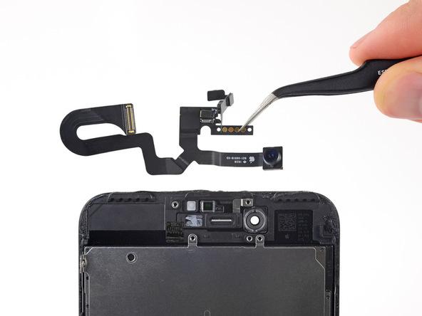 میتوانید کابل دوربین سلفی آیفون 7 پلاس را با پنس از روی پنل جدا کرده و نسبت به تعویض آن اقدام کنید.