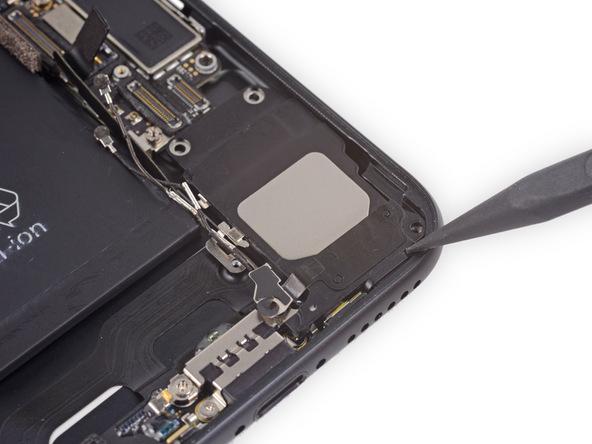 نوک اسپاتول را در گوشه اسپیکر آیفون 7 تعمیری قرار دهید و سعی کنید آن را جابجا کنید و کمی حالت لقی در آن ایجاد نمایید.