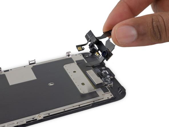 کابل و مجموعه دوربین سلفی آیفون 6 اس را از پنل پشت گوشی جدا کنید.
