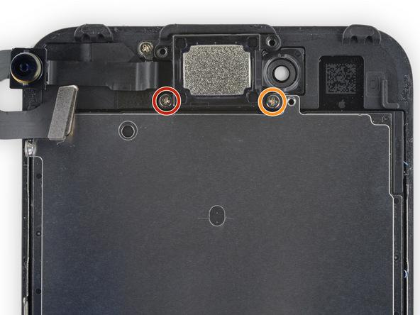 دو پیچ 1.9 میلیمتری و 2.5 میلیمتری که به ترتیب با رنگ های قرمز و نارنجی در عکس نمایش داده شدهاند را باز کنید. این پیچ ها نگهدارنده مستقیم اسپیکر مکالمه گوشی هستند.
