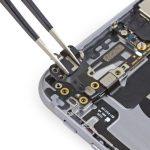 براکت فلت وای فای آیفون 6 تعمیری را با پنس از گوشه درب پشت گوشی جدا کنید.