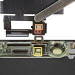 مجموعه اسپیکر و سنسورهای جلوی آیفون X را کاملا از پنل جلوی گوشی جدا کنید.