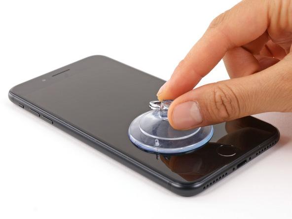 ساکشن کاپ را به گونه ای روی صفحه نمایش آیفون 7 پلاس تعمیری بچسبانید که بیشتر به لبه زیرین دستگاه نزدیک باشد.