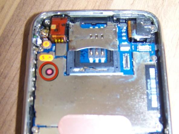 بعد از باز کردن قاب آیفون باید اجزای سخت افزاری داخل آن را کاملا خشک کنید. برای انجام این کار از یک دستمال مناسب استفاده کنید. دقت کنید که نما سوکت ها و کانکتورهای خیس گوشی باید خشک شوند.