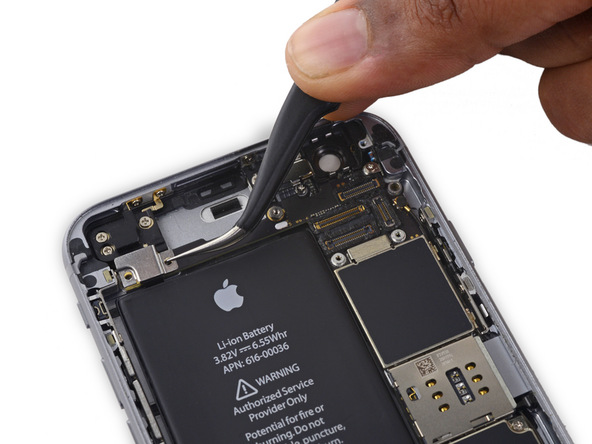 براکت کانکتور دکمه ولوم آیفون 6S تعمیری را با پنس از روی درب پشت گوشی جدا کنید.