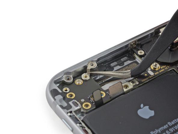 براکت اتصال به پایه آیفون 6 تعمیری را از درب پشت گوشی جدا کنید.